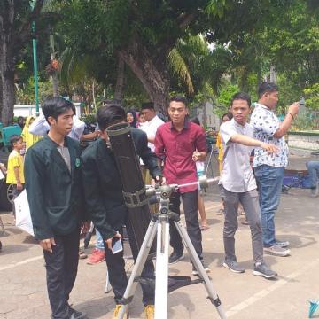 Kerahkan Lima Teropong Hingga Topeng Gerhana, Mahasiswa Unisnu Beri Edukasi Masyarakat Tentang Gerhana Matahari