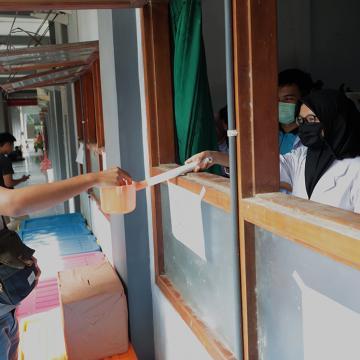 Hand Sanitizer Produksi Unisnu Dibagikan Kepada Mahasiswa