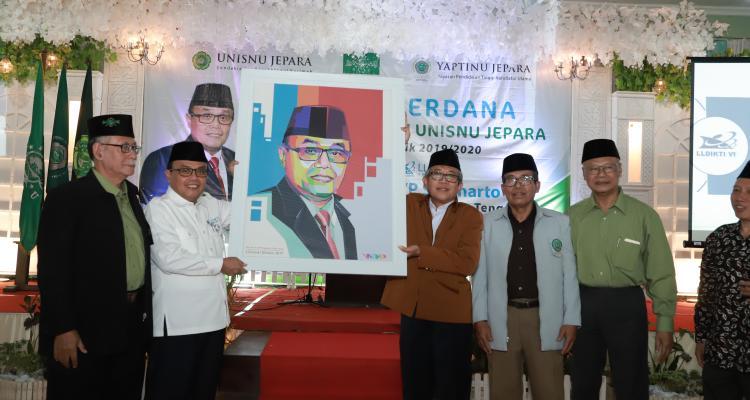 Serahkan Cendera Mata, Rektor Unisnu Jepara menyerahkan cendera mata kepada Prof Dr H DYP Sugiharto MPd Kons selesai acara Kuliah Perdana bagi mahasiswa baru angkatan 2019, Senin (16/09/2019)