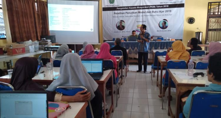 Dosen Unisnu Latih Guru Susun Buku Ajar