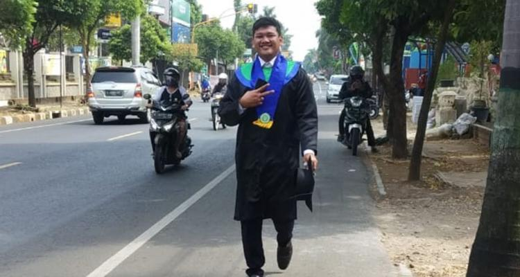 Penuhi Nazar, Wisudawan Unisnu Pulang Jalan Kaki 9 KM